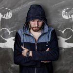 Mann bereitet sich mental auf sein funktionelles Training vor
